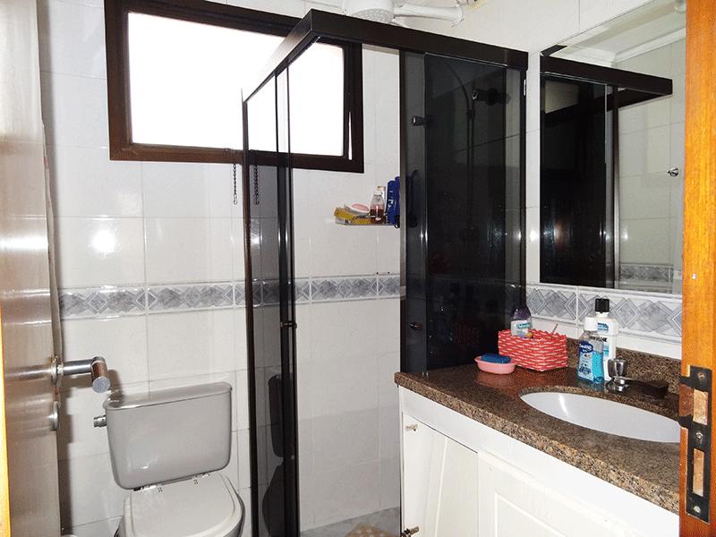 Ipiranga, Apartamento Padrão-Banheiro da suíte com pia de granito, gabinete e box de vidro.