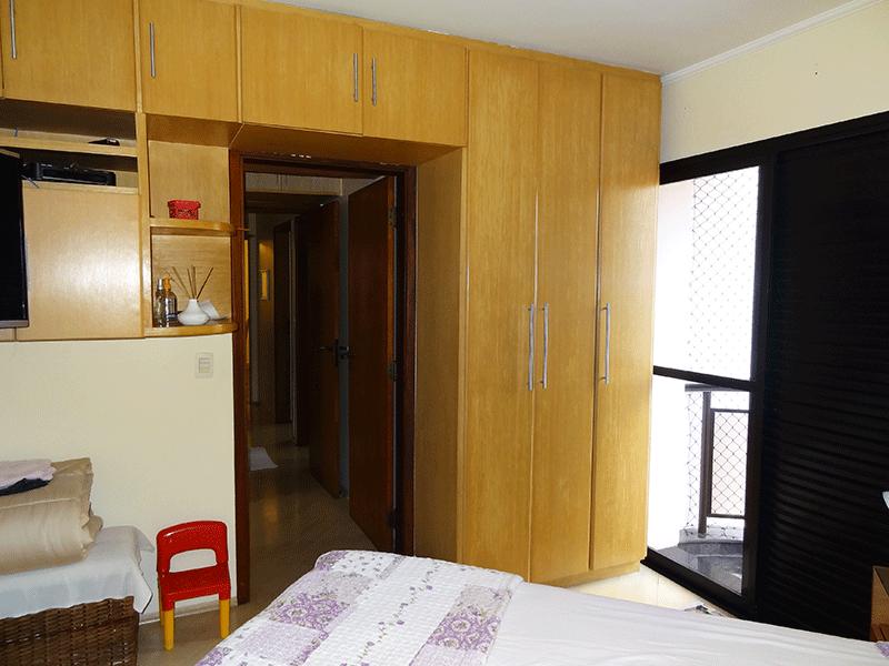 Ipiranga, Apartamento Padrão-Segundo dormitório com piso laminado, teto com moldura de gesso, armários planejados e sacada.