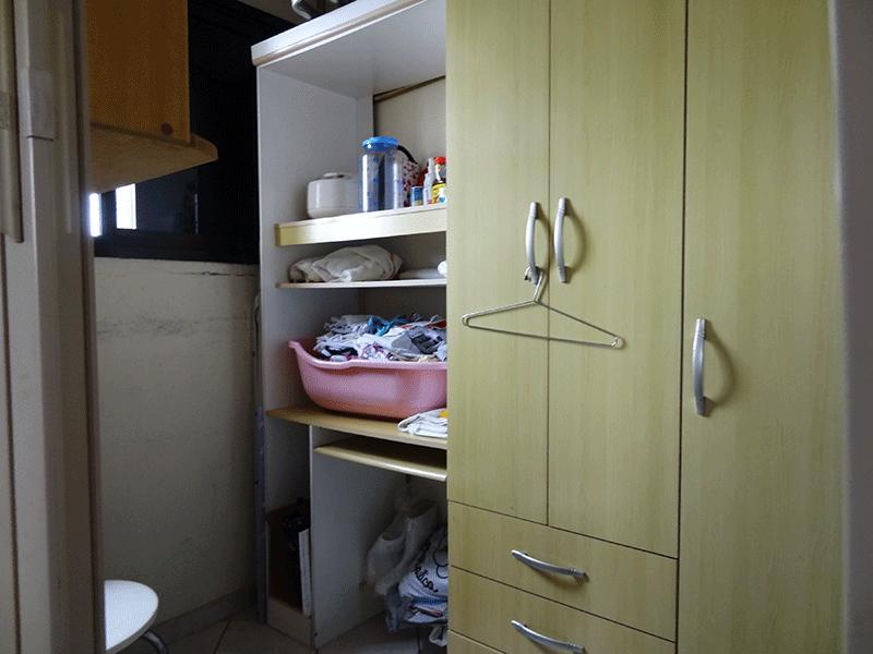 Ipiranga, Apartamento Padrão-Banheiro de serviço com piso de cerâmica e teto com moldura de gesso.