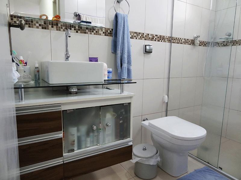 Sacomã, Apartamento Padrão-Banheiro social com piso de cerâmica, pia com cuba sobreposta de porcelana, gabinete e box de vidro.