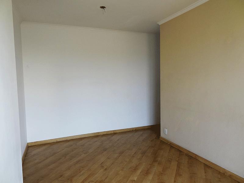 Jabaquara, Apartamento Padrão-Sala retangular com piso laminado e teto com moldura de gesso e acesso a varanda.