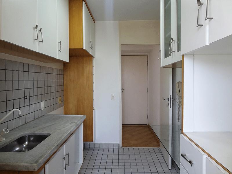 Jabaquara, Apartamento Padrão-Cozinha com piso de cerâmica, pia de mármore com gabinete e armários planejados.