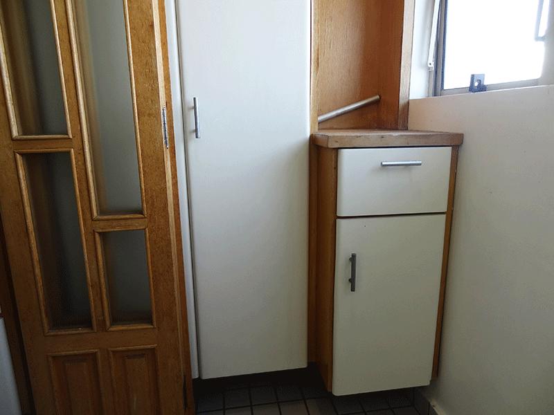 Jabaquara, Apartamento Padrão-Área de serviço com piso de cerâmica, armários planejados e divisória da cozinha em madeira.