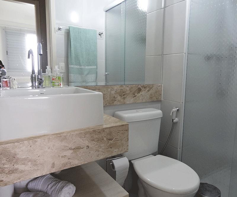 Sacomã, Apartamento Padrão-Banheiro da suíte com piso de cerâmica, teto com moldura de gesso, pia bancada de mármore sobreposta com gabinete e box de vidro.