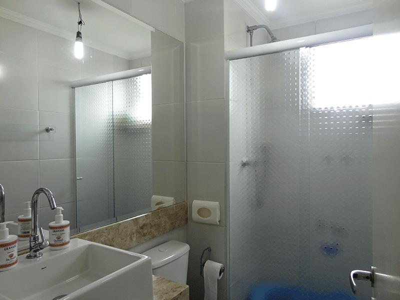 Sacomã, Apartamento Padrão-Banheiro social com piso de cerâmica, teto com moldura de gesso, pia bancada de mármore sobreposta com gabinete e box de vidro.