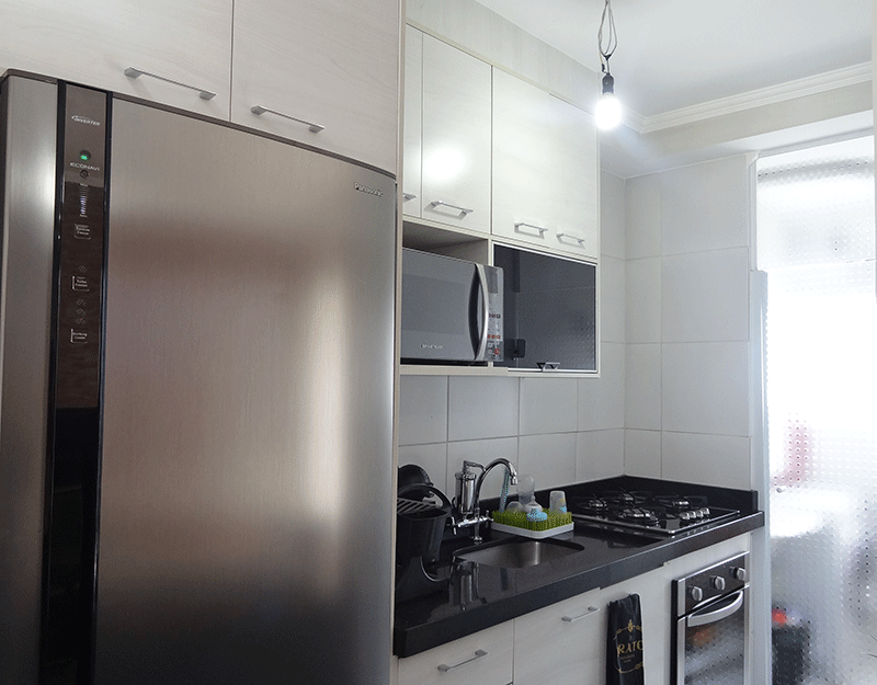 Sacomã, Apartamento Padrão-Cozinha americana com piso de cerâmica, teto com moldura de gesso, pia de granito com gabinete e armários planejados.