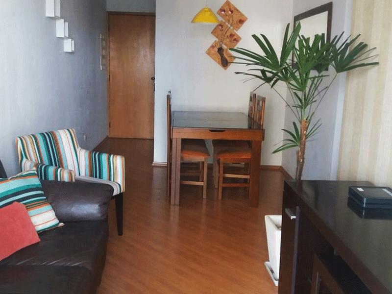 Ipiranga, Apartamento Padrão - Sala retangular com piso laminado, teto com sanca de gesso, iluminação embutida e acesso a varanda.