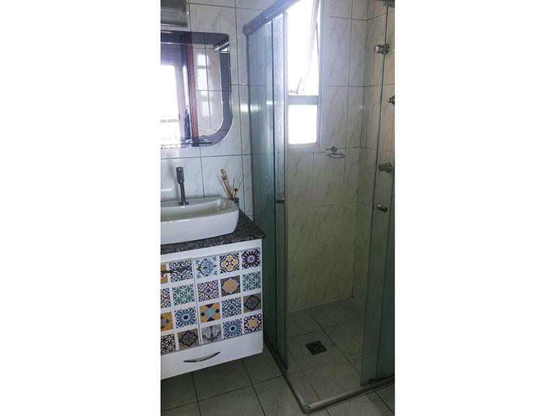 Ipiranga, Apartamento Padrão-Banheiro da suíte com piso de cerâmica, pia sobreposta de porcelana e box de vidro.
