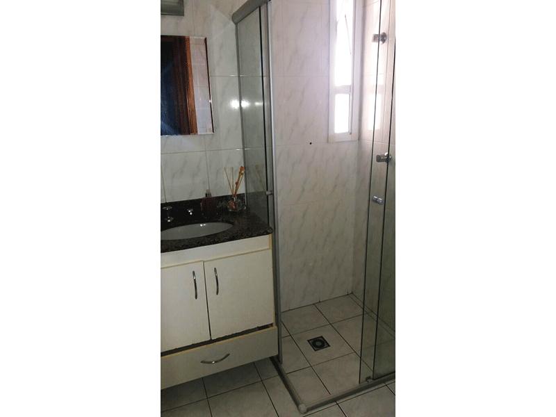 Ipiranga, Apartamento Padrão-Banheiro social com piso de cerâmica, pia de granito com gabinete e box de vidro.