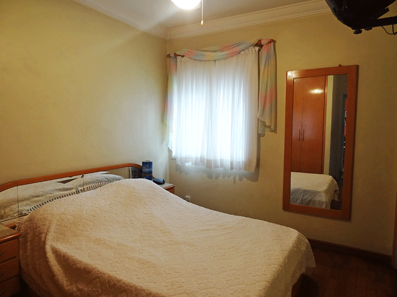 Ipiranga, Apartamento Padrão-Suíte com piso de madeira, teto com moldura de gesso e armários embutidos.