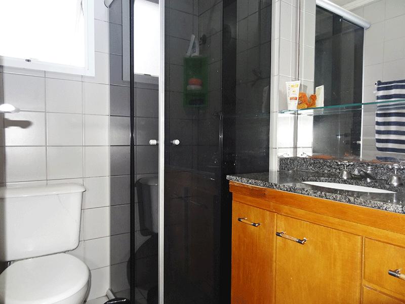 Ipiranga, Apartamento Padrão-Banheiro social com piso de cerâmica, teto com moldura de gesso, pia de granito com gabinete e box de vidro.