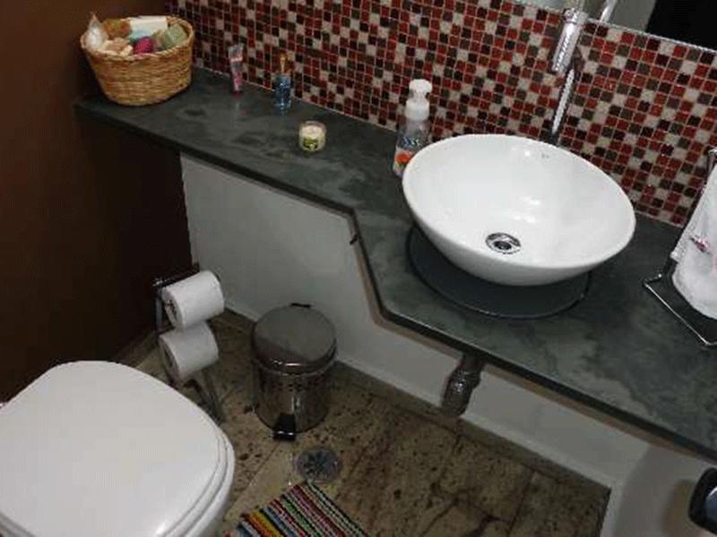 Ipiranga, Apartamento Padrão-Banheiro da suíte com piso de granito, pia com cuba sobreposta de porcelana e box de vidro.