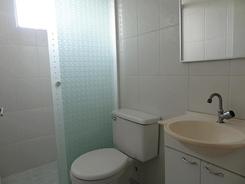 Sacomã, Apartamento Padrão-Banheiro social com piso de cerâmica, pia tradicional com gabinete e box de vidro.