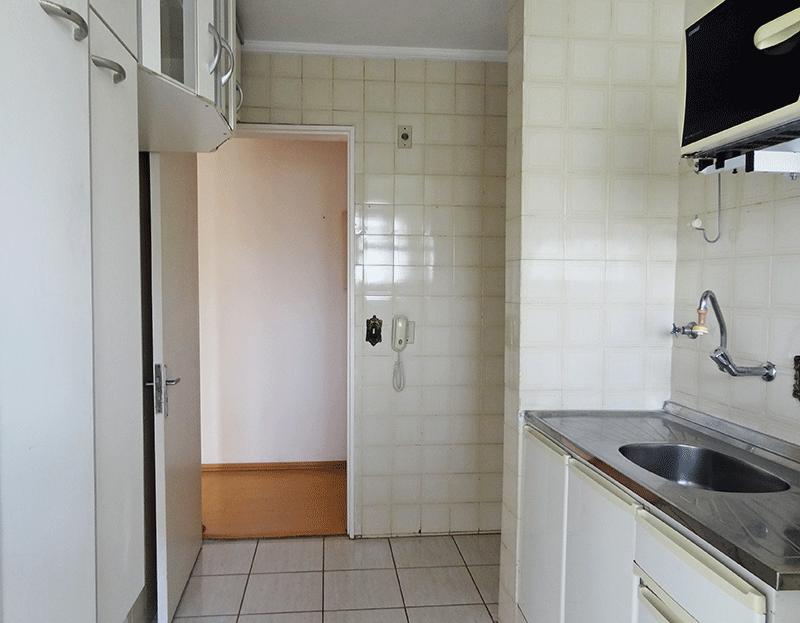 Sacomã, Apartamento Padrão-Cozinha com piso de cerâmica, teto com moldura de gesso, pia de inox com gabinete e armários prontos.