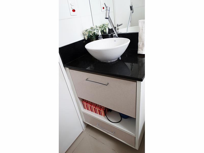 Sacomã, Apartamento Padrão-Banheiro social com piso de porcelanato, teto com moldura de gesso, pia de granito com cuba sobreposta de porcelana, gabinete e box de vidro.