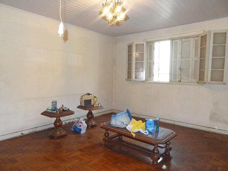 Ipiranga, Casa Térrea-Sala quadrada com piso de madeira e teto de PVC.
