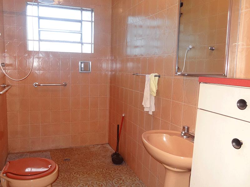 Ipiranga, Casa Térrea-2º banheiro social com piso de cerâmica, pia tradicional e armário embutido.