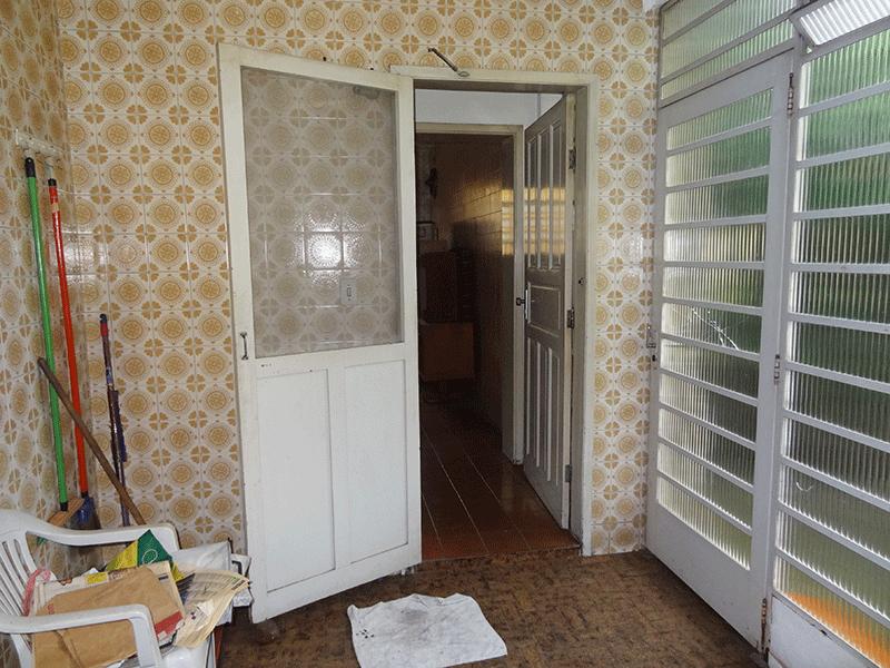 Ipiranga, Casa Térrea-Área de serviço com piso de cerâmica, teto com moldura de gesso e divisória de vidro com acesso ao quintal.