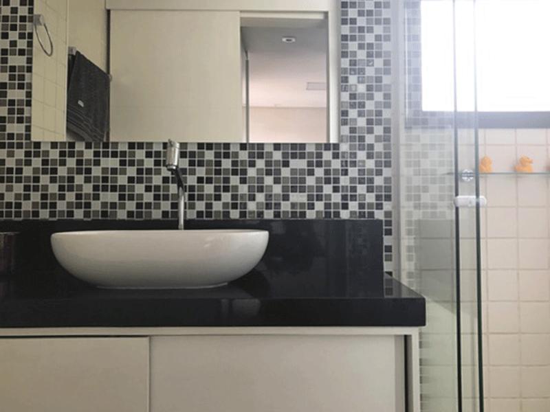 Sacomã, Apartamento Padrão-Banheiro da suíte com pia de granito cuba sobreposta com gabinete e box de vidro.