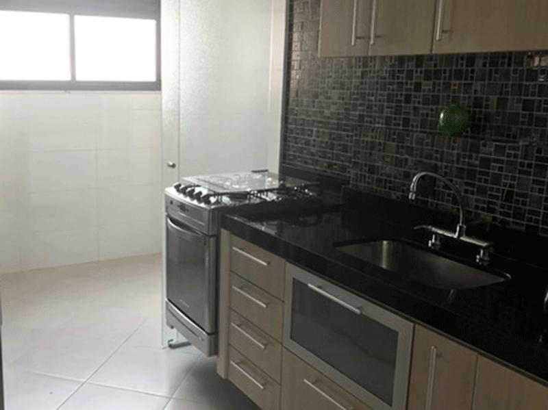 Sacomã, Apartamento Padrão-Cozinha com piso de cerâmica, pia de granito com gabinete, armários planejados e acesso a área de serviço.