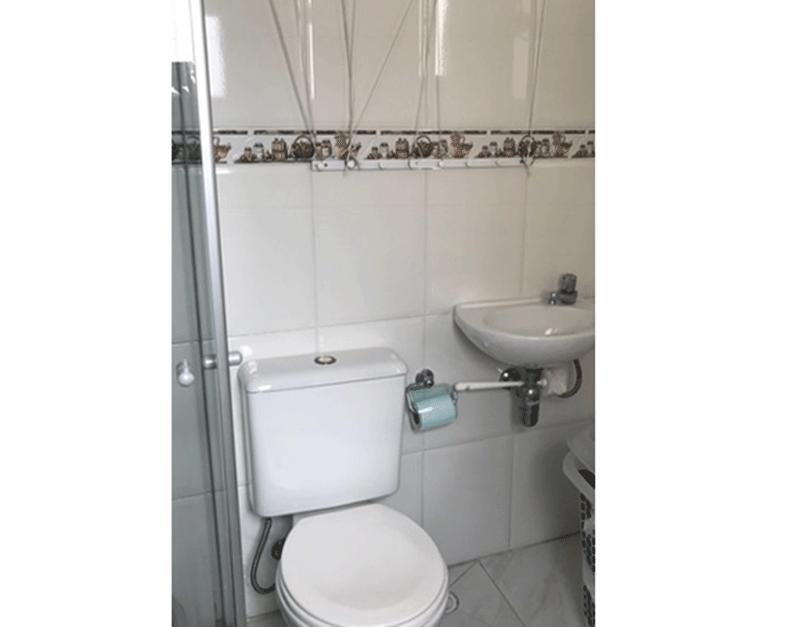 Sacomã, Apartamento Padrão-Banheiro de serviço com piso de cerâmica, pia tradicional e box de vidro.