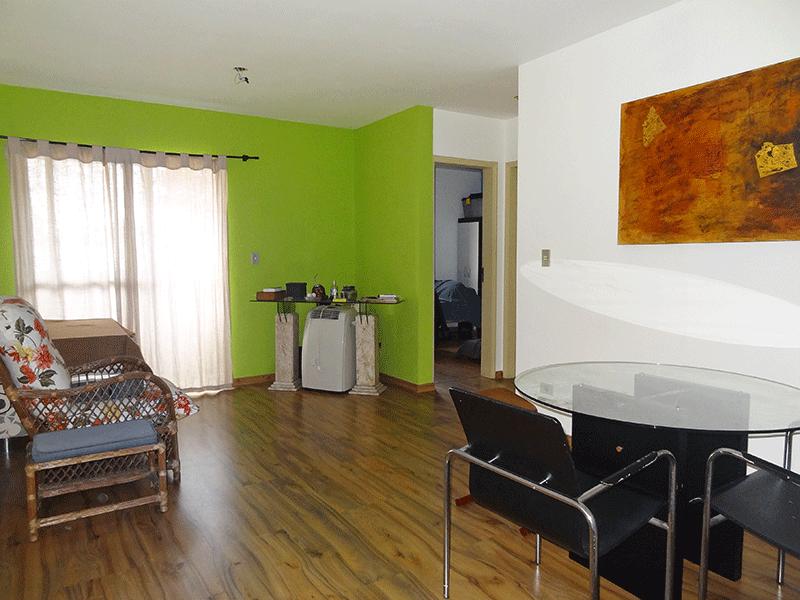 Jabaquara, Apartamento Padrão - Sala retangular com piso de laminado e acesso à varanda.