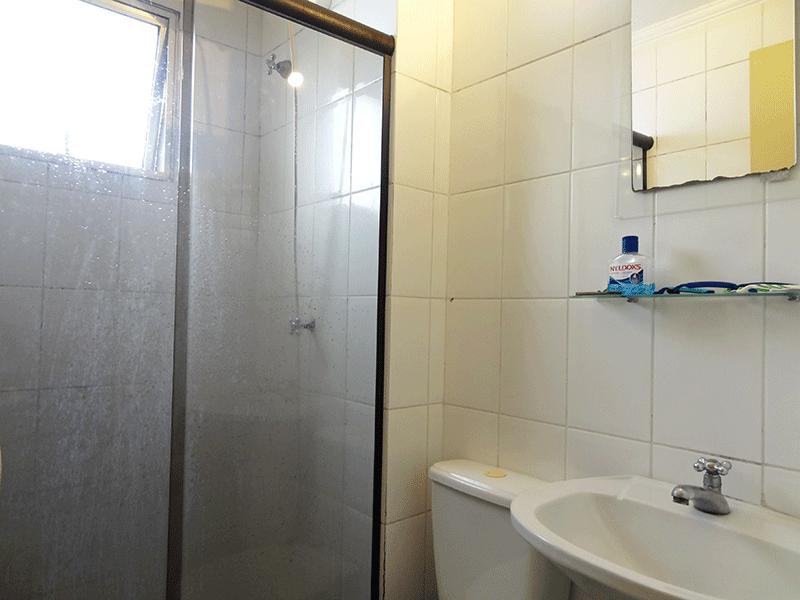 Jabaquara, Apartamento Padrão-Banheiro com piso de cerâmica, teto com moldura de gesso, pia tradicional e box de vidro.