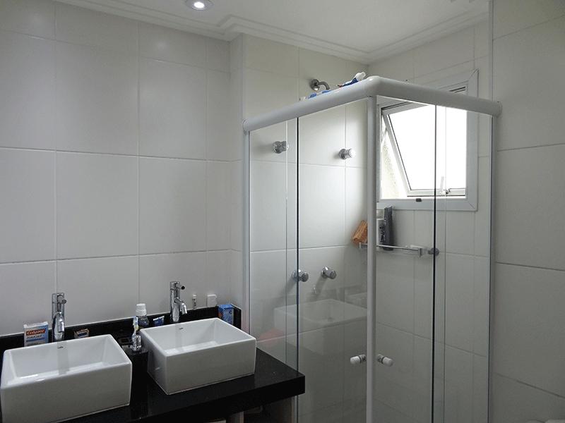 Sacomã, Apartamento Padrão-Banheiro da suíte com piso de cerâmica, teto com moldura de gesso, iluminação embutida, pia bancada de granito sobreposta com gabinete e box de vidro.