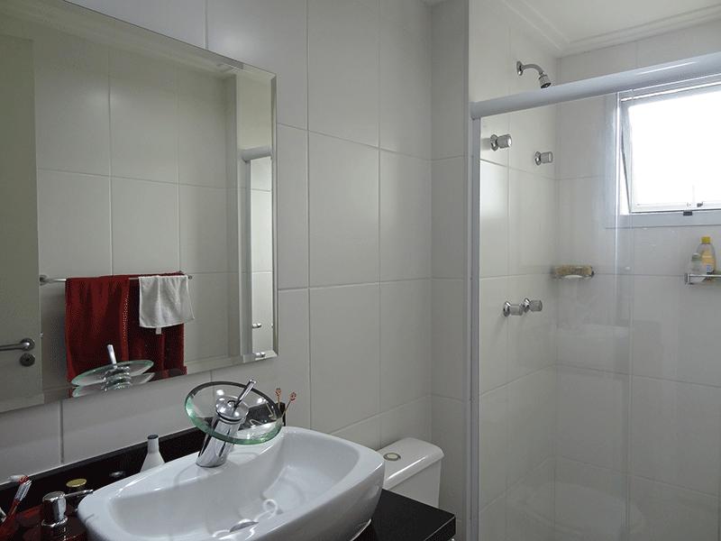 Sacomã, Apartamento Padrão-Banheiro social com piso de cerâmica, teto com moldura de gesso, iluminação embutida, pia bancada de granito sobreposta com gabinete e box de vidro.