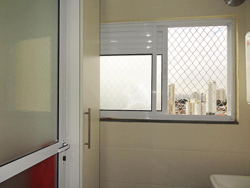 Sacomã, Apartamento Padrão-Área de serviço com piso de cerâmica, teto com moldura de gesso, armários planejados, divisória de alumínio e aquecedor de passagem.