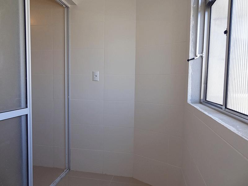Jabaquara, Apartamento Padrão-Área de serviço com piso de porcelanato e divisória de vidro.