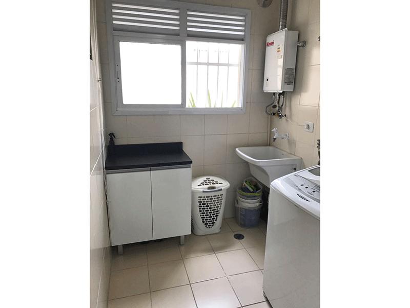 Sacomã, Apartamento Padrão-Área de serviço com piso de cerâmica, aquecedor de passagem e divisória de alumínio.
