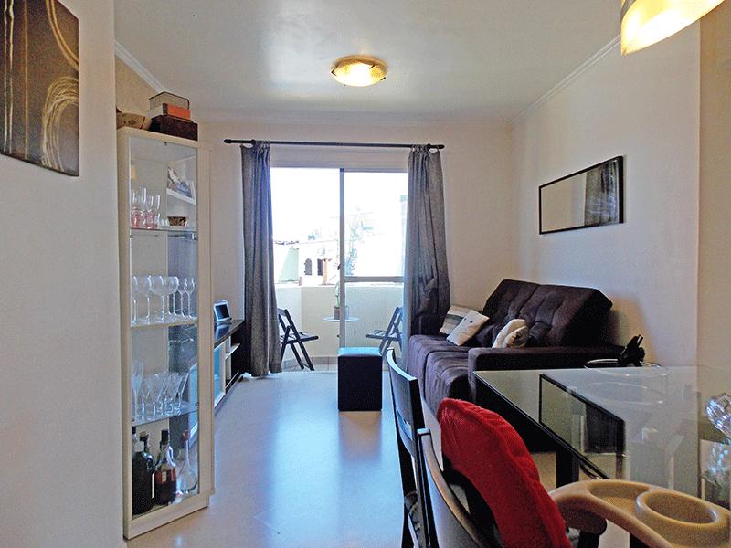 Jabaquara, Apartamento Padrão - Sala com dois ambientes, piso laminado, teto com moldura de gesso e acesso à sacada.