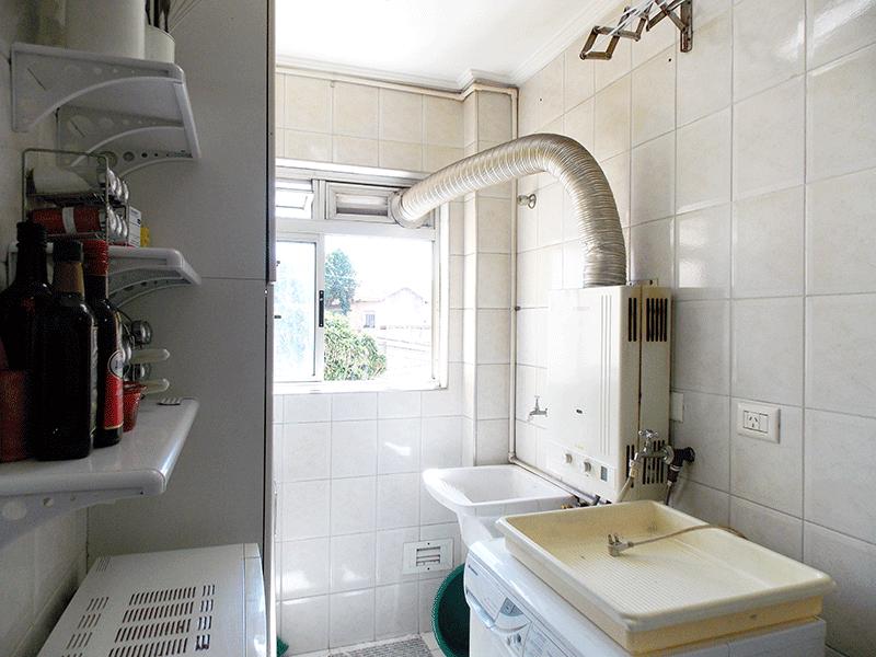 Jabaquara, Apartamento Padrão-Área de serviço com piso de cerâmica, armários planejados, aquecedor de passagem e teto com moldura de gesso.