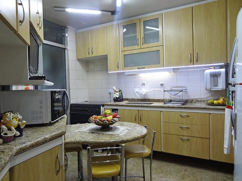 Jabaquara, Apartamento Padrão-Cozinha com piso de cerâmica, teto com moldura de gesso, pia de granito com gabinete e armários planejados.