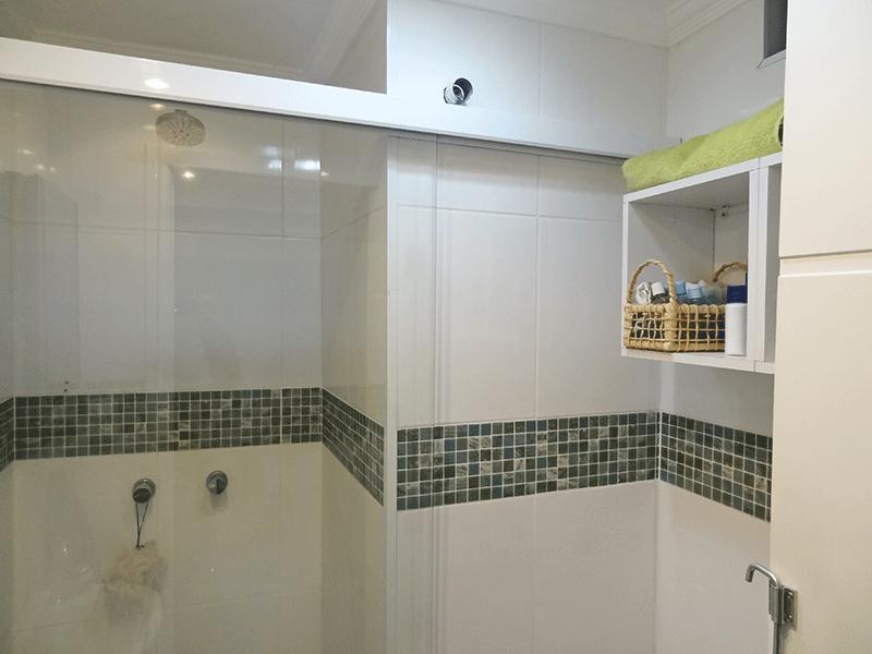 Jabaquara, Apartamento Padrão-Banheiro social com piso de porcelanato, teto com moldura de gesso, pia de porcelana e box de vidro.