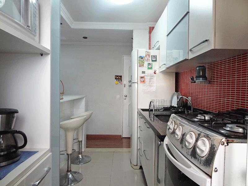 Jabaquara, Apartamento Padrão-Cozinha americana com piso de porcelanato, teto com moldura de gesso, pia de mármore com gabinete e armários planejados.