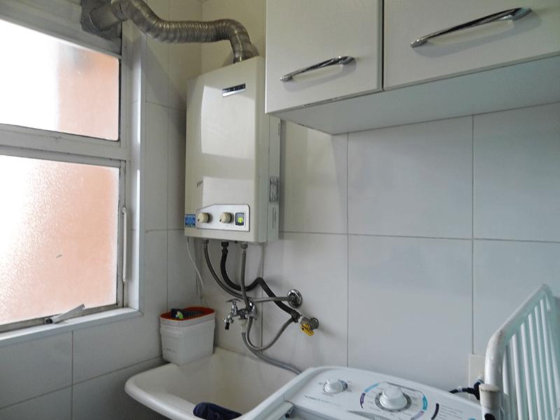 Jabaquara, Apartamento Padrão-Área de serviço com piso de porcelanato, teto com moldura de gesso, divisória de vidro, armários planejados e aquecedor de passagem.