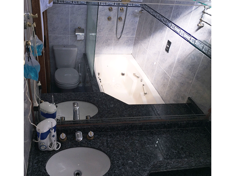 Jabaquara, Apartamento Padrão-Banheiro da suíte com piso de cerâmica, pia de granito, hidro e box de vidro.