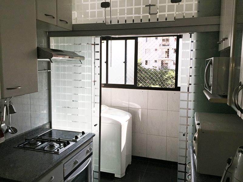 Jabaquara, Apartamento Padrão-Cozinha com piso de porcelanato, pia de granito com gabinete, bancada de vidro e armários planejados.