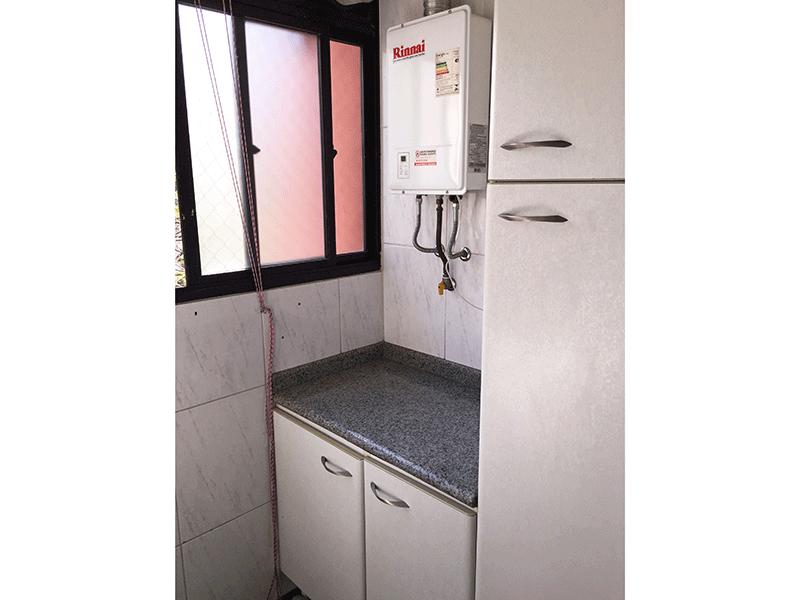 Jabaquara, Apartamento Padrão-Área de serviço com piso de porcelanato, aquecedor de passagem, armários planejados e divisória de vidro.