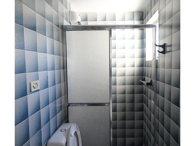 Jabaquara, Apartamento Padrão-Banheiro social com piso de cerâmica, pia de porcelana e box de acrílico.