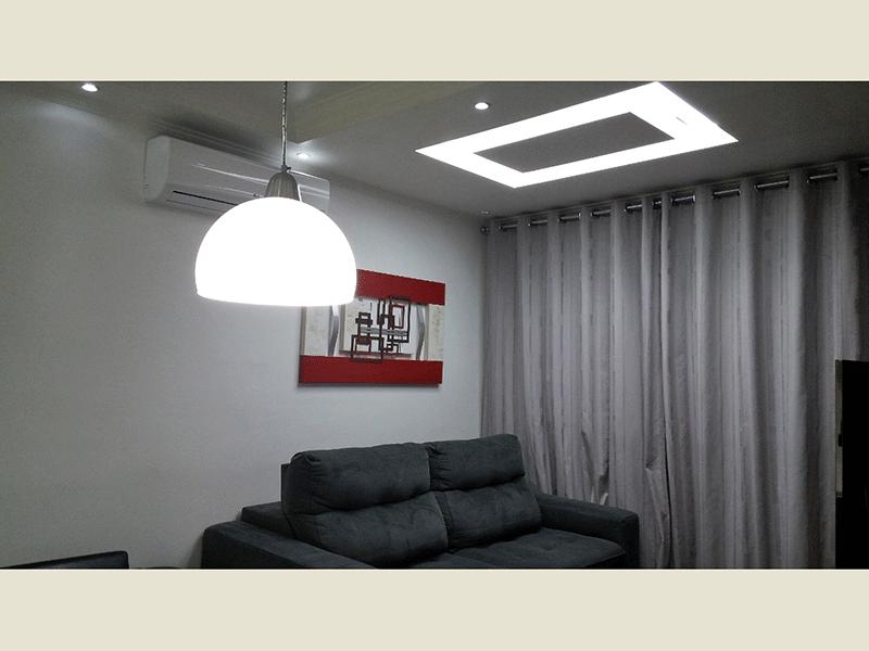 Sacomã, Apartamento Padrão - Sala ampla teto com sanca de gesso, iluminação embutida, ar condicionado, armários planejados e acesso à varanda.