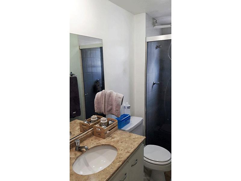Sacomã, Apartamento Padrão-Banheiro social com piso de cerâmica, pia de mármore com gabinete e box de vidro.