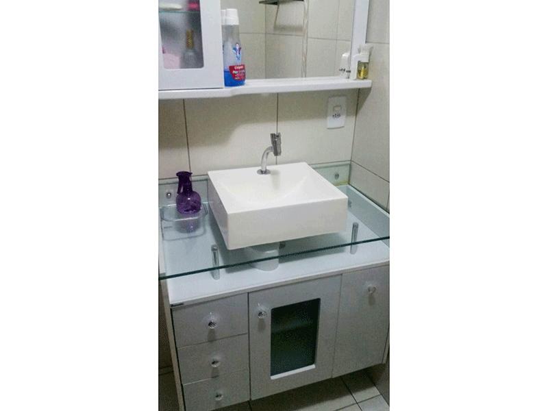 Sacomã, Apartamento Padrão-Banheiro social com piso de cerâmica, bancada de vidro com cuba sobreposta, gabinete e box de vidro.