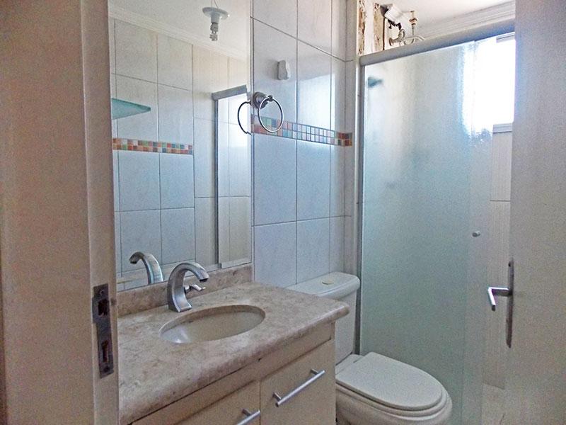 Sacomã, Apartamento Padrão-Banheiro social com piso de cerâmica, teto com moldura de gesso, gabinete, pia de granito  box de vidro.