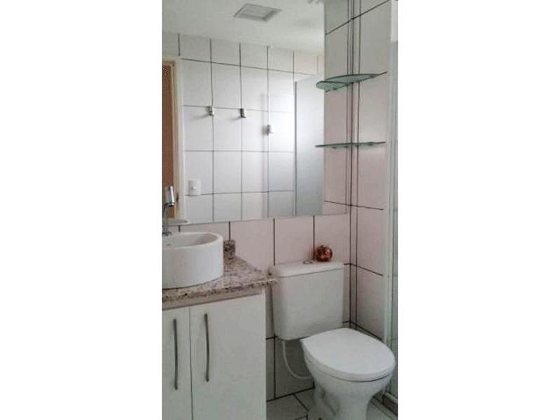 Jabaquara, Apartamento Padrão-Banheiro social com piso de cerâmica, pia de granito com cuba sobreposta e box de vidro.