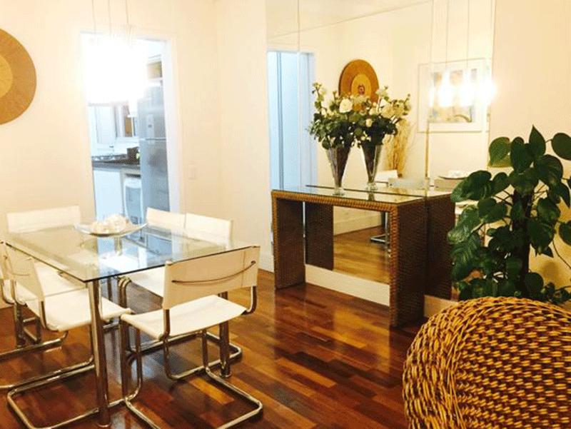 Ipiranga, Apartamento Padrão - Sala dois ambientes com piso de madeira, teto com sanca de gesso, iluminação embutida e acesso à varanda.