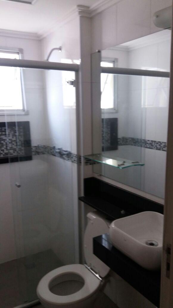 Sacomã, Apartamento Padrão-Banheiro da suíte com piso de cerâmica, teto com moldura de gesso, pia com cuba sobreposta e box de vidro.