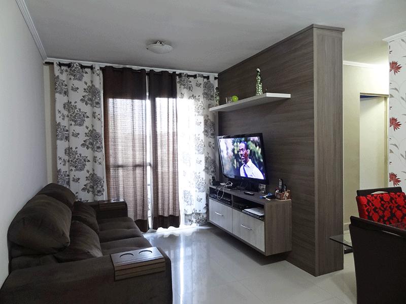Sacomã, Apartamento Padrão - Sala em L com piso de porcelanato, teto com moldura de gesso, móveis planejados e acesso à varanda.